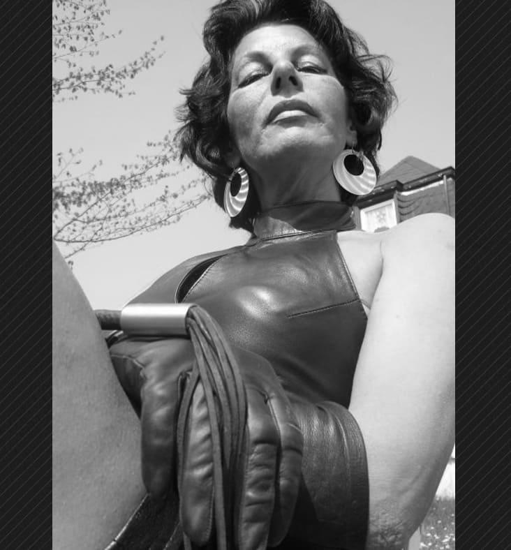 Maitresse Carla - Femme Dominatrice